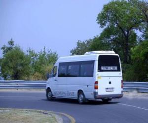 Puzle Minibus em uma viagem para a montanha