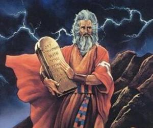Puzle Moisés com as tábuas da lei sobre as quais são escritos os dez mandamentos