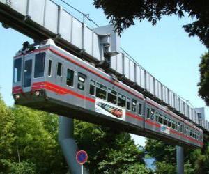 Puzle Monotrilho suspenso. Passageiros do monorail desfrutando de vistas sobre o recinto de feiras