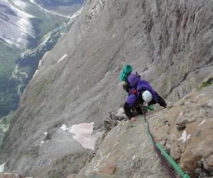 Puzle Montanhista escalando um pico