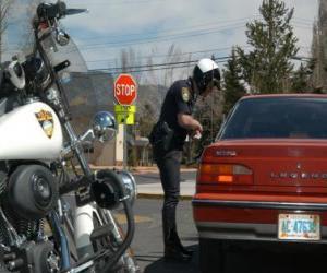 Puzle Motorizada policial com sua moto e colocar uma multa a um condutor