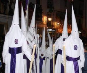 Puzle Nazarenos ou penitentes numa procissão durante a Semana Santa com capuz ou cone, manto e capa