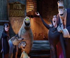 Puzle O Conde Drácula na porta do hotel com os seus amigos