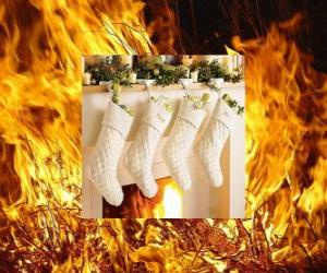 Puzle O fogo aceso na noite de Natal com meias penduradas