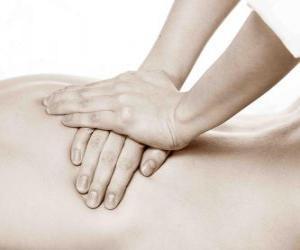 Puzle O paciente recebe uma massagem terapêutica por um fisioterapeuta