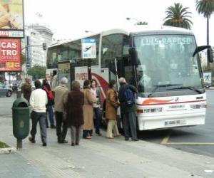 Puzle Ônibus urbano no paragem do autocarro