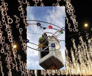 Puzle operador colocando luzes decorativas do Natal