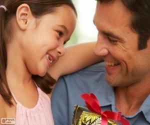 Puzle Pai com sua filha enquanto ela está dando o presente