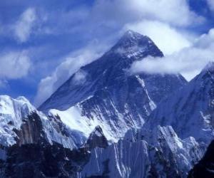 Puzle Paisagem de altas montanhas com picos nevado