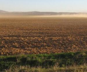 Puzle Paisagem rural com um campo arado em primeiro plano