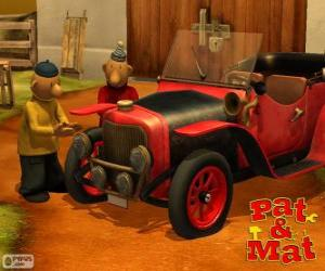 Puzle Pat e Mat ao lado de seu carro