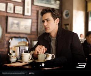 Puzle Peter Parker, pensativamente sentado em uma cafetria de Nova York