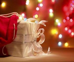 Puzle Presente de Natal embrulhado em papel branco e decorado com um arco
