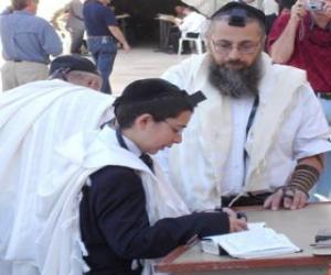 Puzle Rapaz estudando com seu professor, ambos com Quipá, pequeno chapéu ritual
