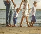 Família passeante ao longo da praia