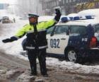 Agente da polícia parando o tráfego