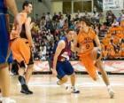 Jogando um jogo de basquete