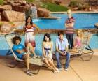 Chad (Corbin Bleu), Taylor (Monique Coleman), Gabriella Montez (Vanessa Hudgens), Troy Bolton (Zac Efron), Ryan Evans (Lucas Grabeel), Sharpay Evans (Ashley Tisdale) o lado de praia