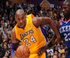 Kobe Bryant jogando um jogo de basquete