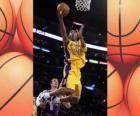 Kobe Bryant que faz uma batida