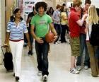 Chad (Corbin Bleu) e Taylor (Monique Coleman) no corredor do instituto