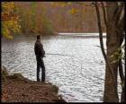 Pesca - Pescador de rio em ação em uma paisagem florestal
