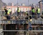 Visão geral de uma casa em construção com diferentes operadores que trabalham