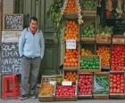 Vendedor de frutas e verduras em sua loja