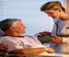 Doutora ou médica explorando um paciente