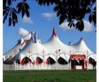Vista exterior das grandes tendas dum circo preparado pela apresentação o pela função