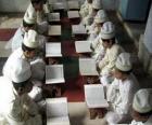 Crianças lendo o Alcorão, Corão ou Qur'an, o livro sagrado do Islão, Islã ou Islamismo
