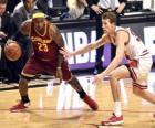 Lebron James jogando um jogo de basquete