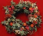 Coroa de Natal composta por folhas de azevinho e variedade de frutas