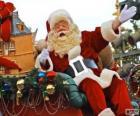 Santa Claus saudando com a mão do trenó mágico carregado com presentes