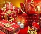 Presentes de Natal com uma vela acesa na véspera de Natal