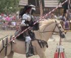 Cavaleiro na armadura e com sua lança pronta montado em seu cavalo também protegido com armadura