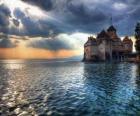 Castelo ou torre fortificada cercada por um lago