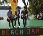 Irmãos Shane (Joe Jonas), Nate (Nick Jonas) e Jason Gray (Kevin Jonas) cantando no Camp Rock Beach Jam