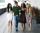 Troy Bolton (Zac Efron), com seus amigos Gabriella Montez (Vanessa Hudgens), Taylor (Monique Coleman) e Sharpay Evans (Ashley Tisdale)