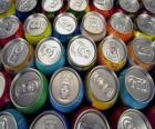Latas de bebidas como cerveja ou refrescos com gás