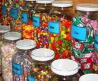 Recipientes de vidro com diferentes tipos de doces