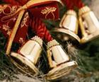 Sinos de Natal decorados com fitas