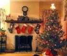 Lareira no Natal com as meias penduradas e com as decorações do Natal
