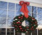 Grande coroa de Natal decorada com um gran laço e bolas