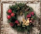 Coroa de Natal pendurada na porta de uma casa