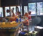 Elfo de Natal que trabalha na fabricação de brinquedos