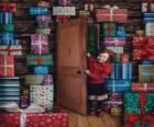 Raparigas a entrar numa sala cheia de presentes