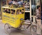 Escola de ônibus na Índia