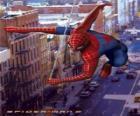 O homem-aranha se move pela cidade  tão rápido e ágil balançando com a sua teia de aranha