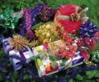 Presentes de Natal adornadas com fitas e folhas do pinheiro